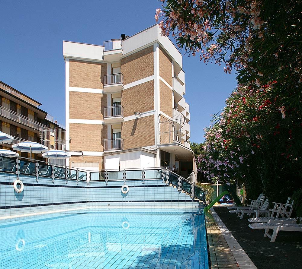 Hotel con piscina a Pinarella di Cervia | Hotel Antares
